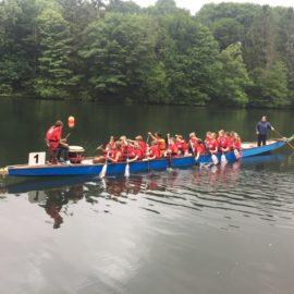 900 Schülerinnen und Schüler beim Drachenbootrennen der Wilhelm-Kraft-Gesamtschule
